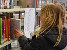 Kinder vor Bücherregal